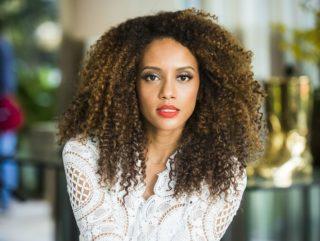 """Taís Araújo, a Michele em """"Mr. Brau"""", mostra o poderoso cabelão afro com megahair.: cachos definidos dentro e fora do seriado"""