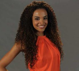 Lucy Ramos com seu volumoso cabelo afro com megahair.