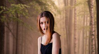 Mulher na floresta com cabelo solto