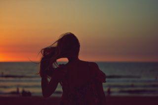 Mulher na praia com apliques